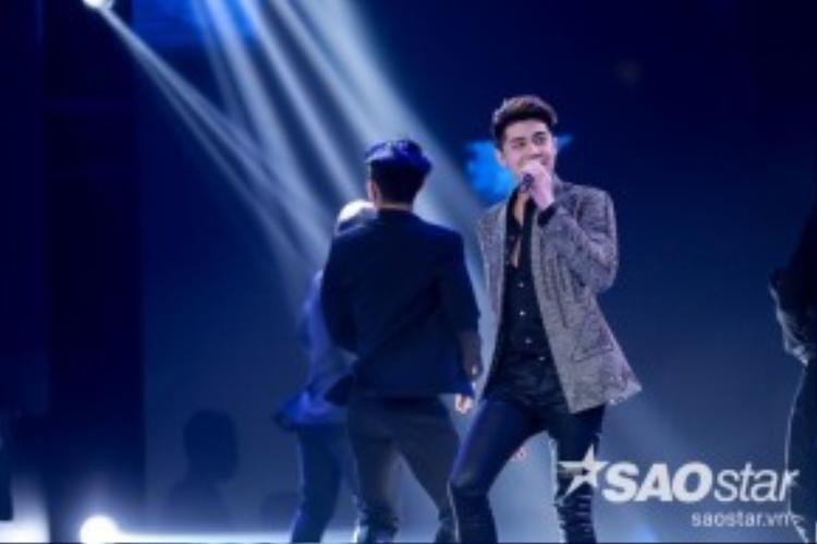 """Xuất hiện trên sân khấu trong bộ suit lịch lãm, Noo Phước Thịnh đã khuấy động hàng loạt khán tại liveshow 5, anh thể hiện ca khúc vừa ra mắt """"Cause I Love You"""""""