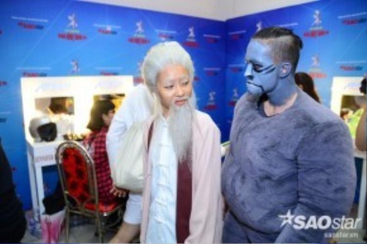 Trong hậu trường, các thí sinh cũng ráo riết tập luyện. Tuần này, Khả Ngân khiến mọi người rất bất ngờ khi hóa thân thành một ông lão tóc bạc phơ.