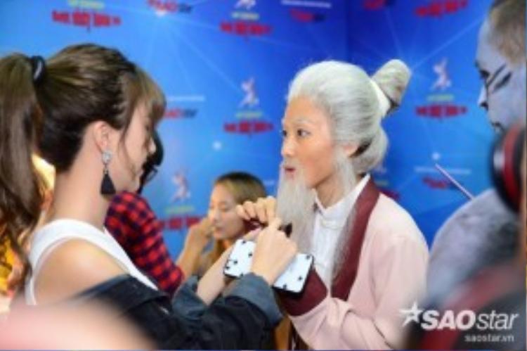 Quỳnh Anh Shyn trò chuyện thân mật cùng Khả Ngân.