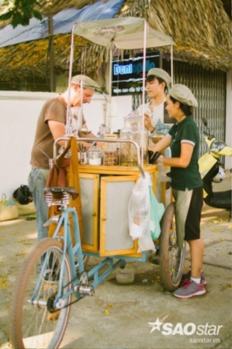 Vincent và các cộng sự quyết tâm bảo vệ môi trường với chiếc xe đạp ba gác tự chế của chính mình.
