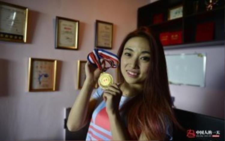 Cột múa bằng thép trông có vẻ lạnh lẽo nhưng thực chất luôn ấm nóng bởi được truyền ngọn lửa đam mê từ Tiểu Duyên. Năm 2011, cô đạt danh hiệuquán quân giảiTài năng các trường đại học.Năm 2012 với huy chương vàng giảiVô địchMúa cột Trung Quốc.Năm 2013 với huy chương vàng giảiVô địch Múa cột Quốc tế Malaysia. Và rất nhiều giải thưởng danh giákhác.