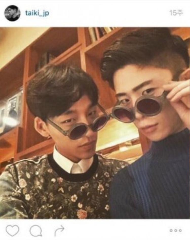 Mang kính đôi như bao cặp yêu nhau khác.