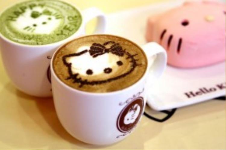Lớp bọt sữa được tạo hình Hello Kitty trên bề mặt các ly capuchino hoặc matcha nóng.