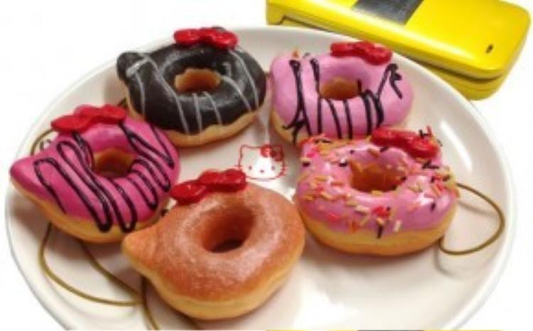 """Những chiếc bánh donut được lấy cảm hứng từ chiếc nơ hồng yểu điệu của """"nàng mèo vô cảm""""."""