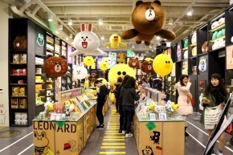 Bên trong tiệm The Line Friends Store & Café có hẳn một khu trung bày các sản phẩm từ ba nhân vật hoạt hình gấu Brown, thỏ Cony và vịt Sally.