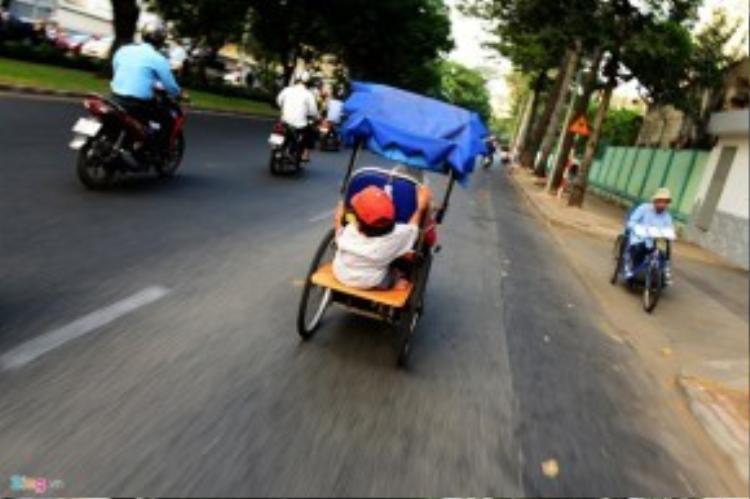 Ông ngồi sau bấu vào thành xe để cùng người em đi bán vé số. Hai con người với chiếc xe lăn, không ruột rà, không bà con thân thích cố bấu víu nhau, nương tựa nhau sống lay lắt qua ngày giữa Sài Gòn hối hả.