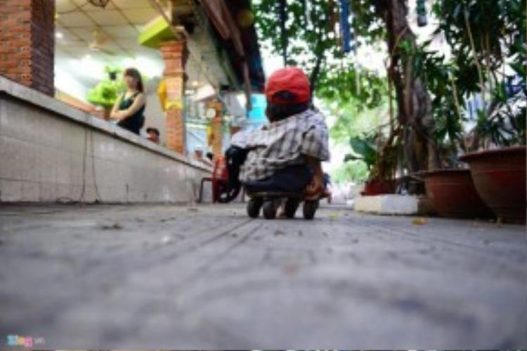 Buổi tối ông Sung bán vé số ở một quán nhậu trên đường Lý Thường Kiệt, quận 10. Theo ông Trần Minh Trụ, tổ trưởng tổ 38, khu phố 3, phường 9, quận 10 (TP HCM), ông bà Sung, Vân thuộc diện khó khăn nhưng tự thân cả hai bán vé số kiếm sống mà không phụ thuộc vào ai. Ở xóm, hai ông bà sống chan hoà với mọi người nên ai thấy cũng thương.