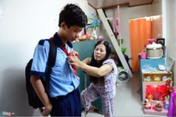 Hoàn cảnh bà Vân cũng không khá hơn ông Sung là bao. Bà bị sốt bại liệt lúc mang thai đứa con đầu lòng được 6 tháng. Chồng bà bỏ đi mất tăm không lời từ biệt. Bà ở vậy nuôi con khôn lớn, chật vật lo lắng cho con ăn học. Đến nay Tuấn Kiệt (con bà) đã học lớp 7 ở một trường bán trú tại TP HCM.