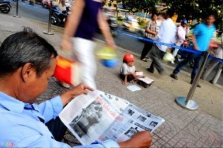 Ông Sung nhỏ thó, nhiều người đi đường rất dễ giẫm phải khi vô tình không thấy. Hàng ngày ông đi bán vé số, cố gắng dành dụm ít tiền phòng khi đau ốm, tuổi già.
