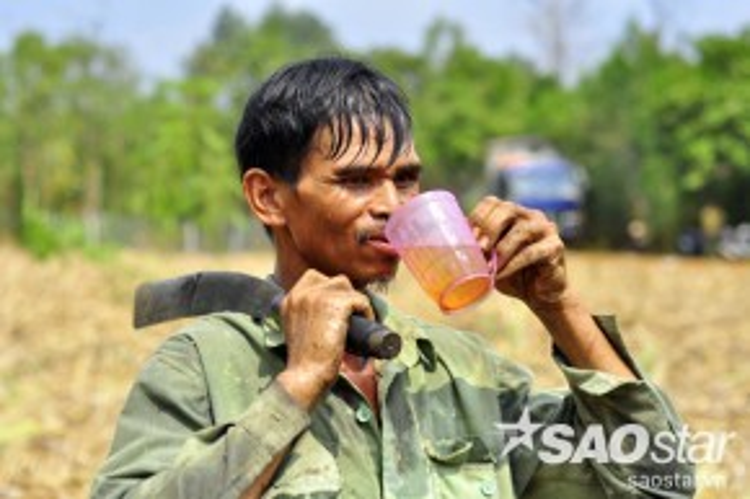 Công việc nặng nhọc giữa trời nắng như đổ lửa nên mau xuống sức, nhiều người phải uống nước liên tục để làm tiếp công việc.