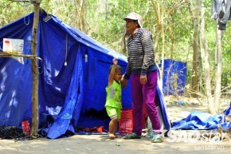 Chị Nga (39 tuổi, quê Trà Vinh) cho biết, mỗi sáng đi làm, con gái đều quấn quýt ôm khóc đòi mẹ ở nhà cho nên nhiều lúc ứa nước mắt