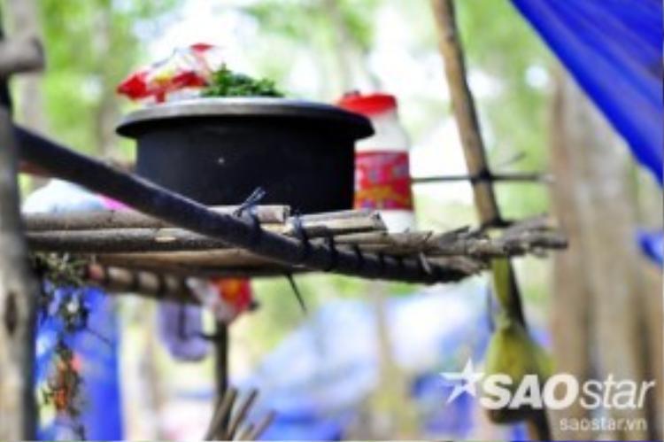 Tất cả vật dụng sinh hoạt trong căn lều đều được người dân mua lại từ ve chai hoặc tự làm bằng những nhánh cây ghép lại. Thức ăn mỗi ngày cũng chỉ có cơm trắng, rau và một chút cá mặn.