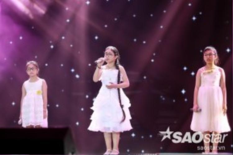 3 Giọng hát Việt nhí Phương Khanh - Hồng Minh - Minh Tuyết cùng nhau hòa giọng trong ca khúc Tôi thấy hoa vàng trên cỏ xanh.