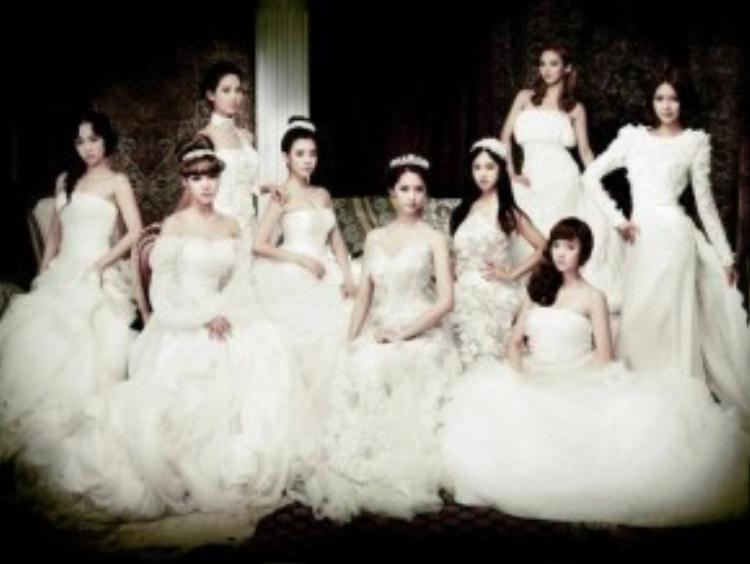 Bức hình khi SNSD còn đầy đủ cả 9 thành viên. Các cô nàng vô cùng đằm thắm trong chiếc váy cưới trắng. Chiếc váy có giá trị nhất trong bức hình thuộc về gương mặt thiên thần YoonA. Bộ đồ cô đang mặc có giá 296 triệu đồng.