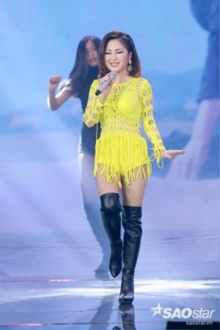 Gam màu tươi mới khiến Hương Tràm nổi bần bật trên sân khấu The Remix 2016.