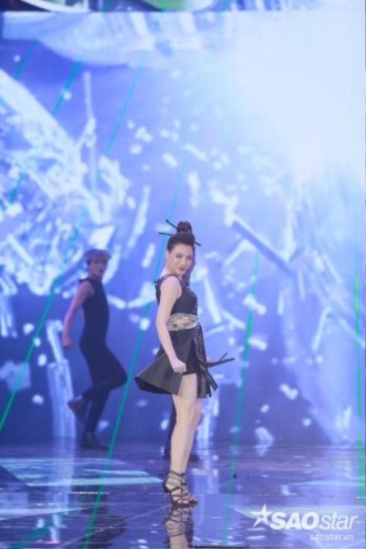 Hồ Quỳnh Hương đẹp xuất sắc với vai trò ca sĩ khách mời trong Gala The Remix 2016.