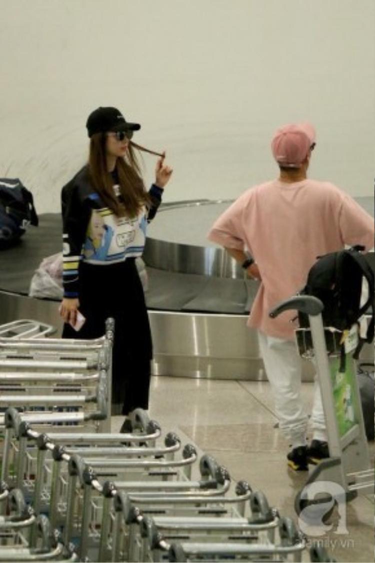 Minh Hằng vừa trở về từ chuyến đi Hàn Quốc dự tuần lễ thời trang Seoul. Xuất hiện ở sân bay, trông cô nàng vô cùng thời thượng và năng động với set đồ trung tính, điểm nhấn là chiếc áo sweater in họa tiết pop-art.