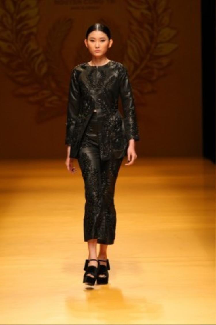 """Người mẫu Kim Nhung được NTK Công Trí gửi gắm làm gương mặt mở màn cho BST """"Lúa"""" tại Tokyo Fashion Week 2016."""