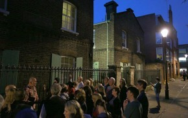 Du khách trước một điểm dừng thăm quan trong tour Jack the Ripper. Ảnh: Telegraph.