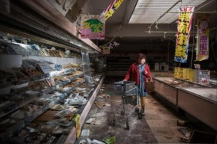 Cô Midori Ito đang đứng trong 1 siêu thị hoang tàn ở Namie. Siêu thị này chẳng thay đổi gì kể từ khi thảm họa động đất sóng thần xảy ra vào năm 2011. Ngay sau thảm họa ập đến, cô Midori đã sơ tán tới Minami Aizu để tránh ảnh hưởng bởi phóng xạ. Cuối cùng, cô chuyển tới sống cùng các con ở thành phố Koriyama, cách nhà máy điện hạt nhân 60km.