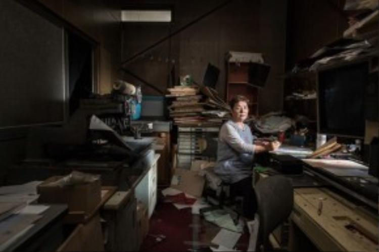 """Bà Shigeko Watanabe là chủ 1 công ty in nhỏ ở trung tâm thành phố Namie. Sau khi thảm họa ập đến, bà không bao giờ tiếp tục công việc kinh doanh của mình nữa. """"Bản thân tôi nghĩ rằng sẽ chẳng có ai quay lại đây nữa"""", bà Shigeko chia sẻ."""