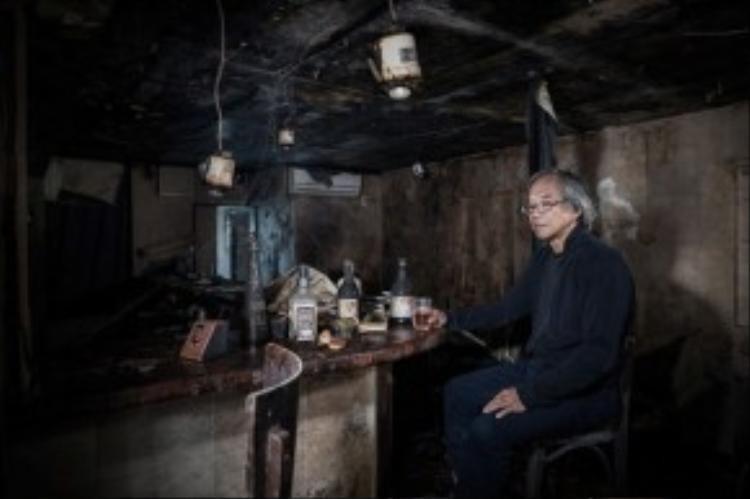 Ông Setsuro là 1 bác sĩ thú y. Ông thường chăm sóc những loài động vật, đặc biệt là những con bò sống trong khu vực cấm. Trong ảnh: Ông đang ngồi trong 1 quán bar. Ông đã rời Nhật Bản để tới Brazil sinh sống khi 30 tuổi. Tuy nhiên, sau ngày thảm họa xảy ra (11/3), ông đã quyết định quay trở về để giúp nông dân trong vùng bị ảnh hưởng vượt qua khó khăn kinh tế. Hiện giờ, ông đang sống ở chính thành phố Fukushima.