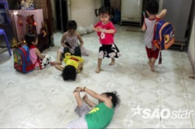 Các bé ngày càng lớn mà căn nhà thì quá chật chội nên vợ chồng chị Thư mong ước có một ngôi nhà rộng rãi hơn để chăm sóc các con chu đáo. Tiếng cười đùa, bi bô nói chuyện không dứt của 5 đứa trẻkhiến con hẻm quanh nhà luôn rộn ràng.
