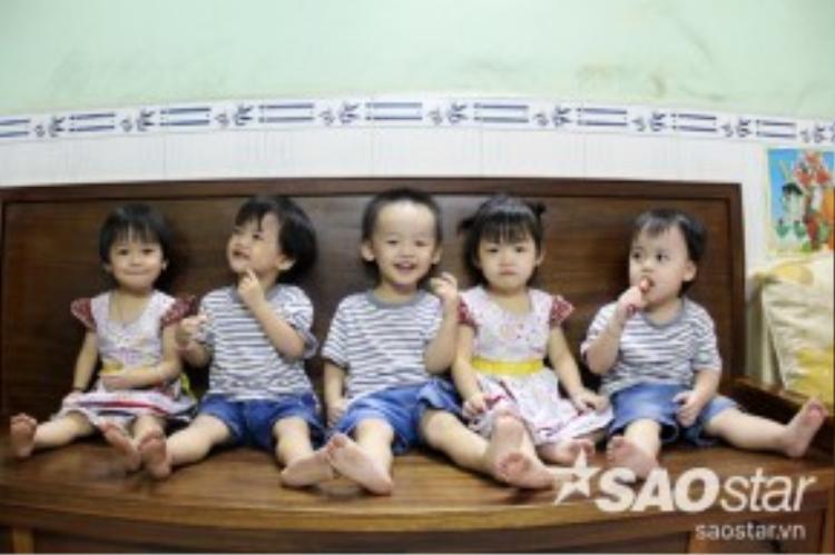 Sau 3 năm, ca sinh 5 duy nhất của Việt Nam nay đã trở thành những đứa bé kháu khỉnh, lanh lợi. Các bé được cha mẹ đặt tên rất ngộ nghĩch lần lượt là : Cả, Hai, Ba, Tư, Út.