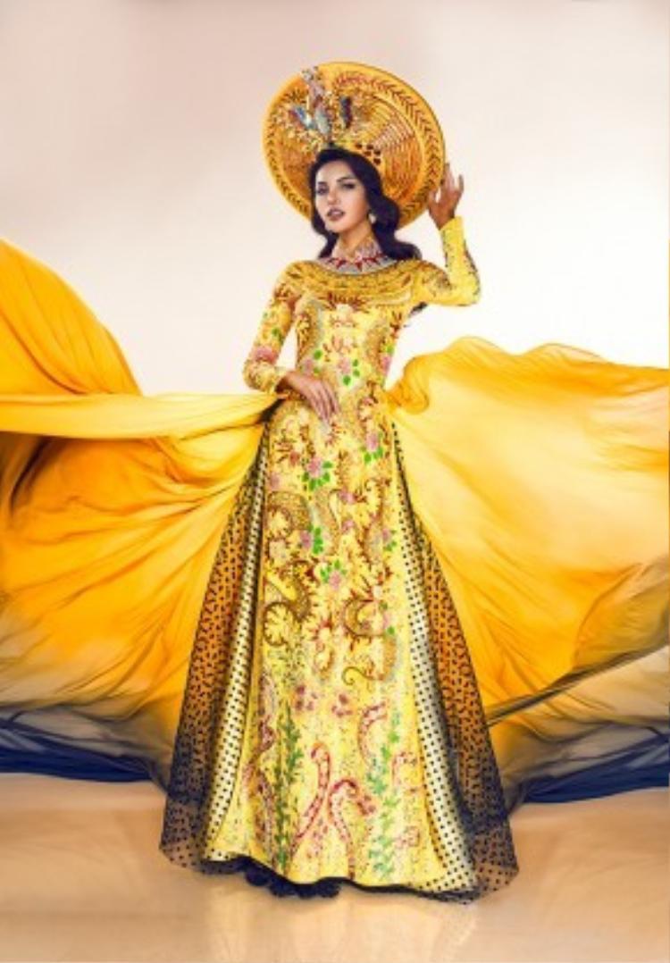 Bộ quốc phục chính thức được lựa chọn để tranh tài tại phần thi Trang phục dân tộc đẹp nhất (ngày 30/3) là áo dài may theo kiểu long bào với tông màu vàng sang trọng.