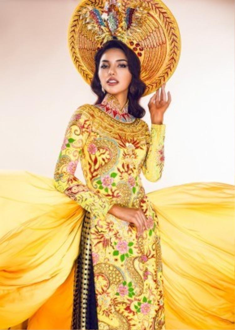 Mấn đội đầu vẫn là hình ảnh chim phượng của các hoàng hậu Việt Nam ngày xưa nhưng phần cánh được vẽ ôm sát xuống tựa như vương miện của các hoàng hậu. Hình tượng chim kền kền bằng vàng ròng cũng được đưa vào chiếc mấn, tượng trưng cho Nekhbet - nữ thần bảo hộ của vùng Thượng Ai Cập.