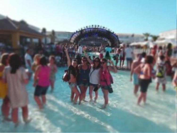 Tôi và những người bạn tại một bữa tiệc ở Ibiza