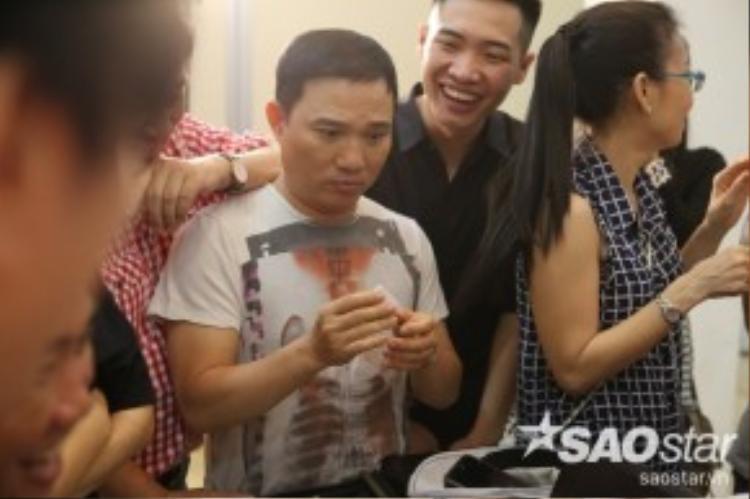 Khuôn mặt hài hước của HLV Quang Linh khi nhận được số thứ tự của team mình.