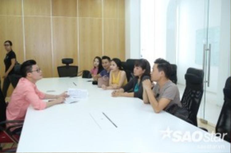 HLV Quang Dũng cùng các thí sinh về ý tưởng xây dựng các tiết mục.