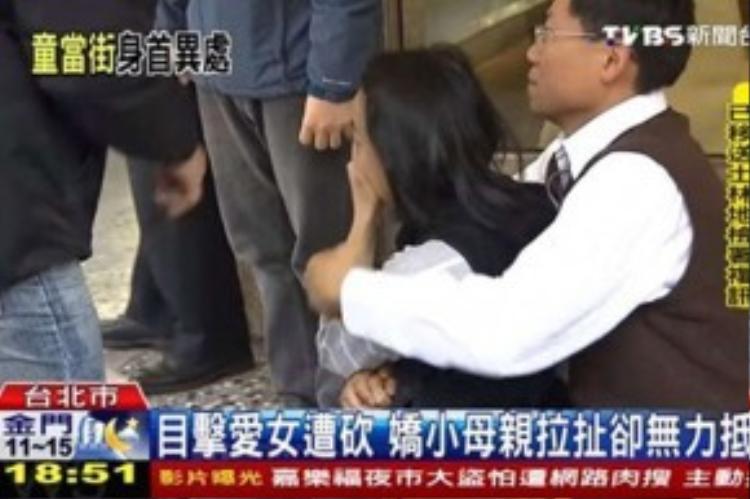 Trước đó, người mẹ đau khổ đã khóc hết nước mắt khi bất lực chứng kiến cảnh tượng con gái bị chặt đầu.