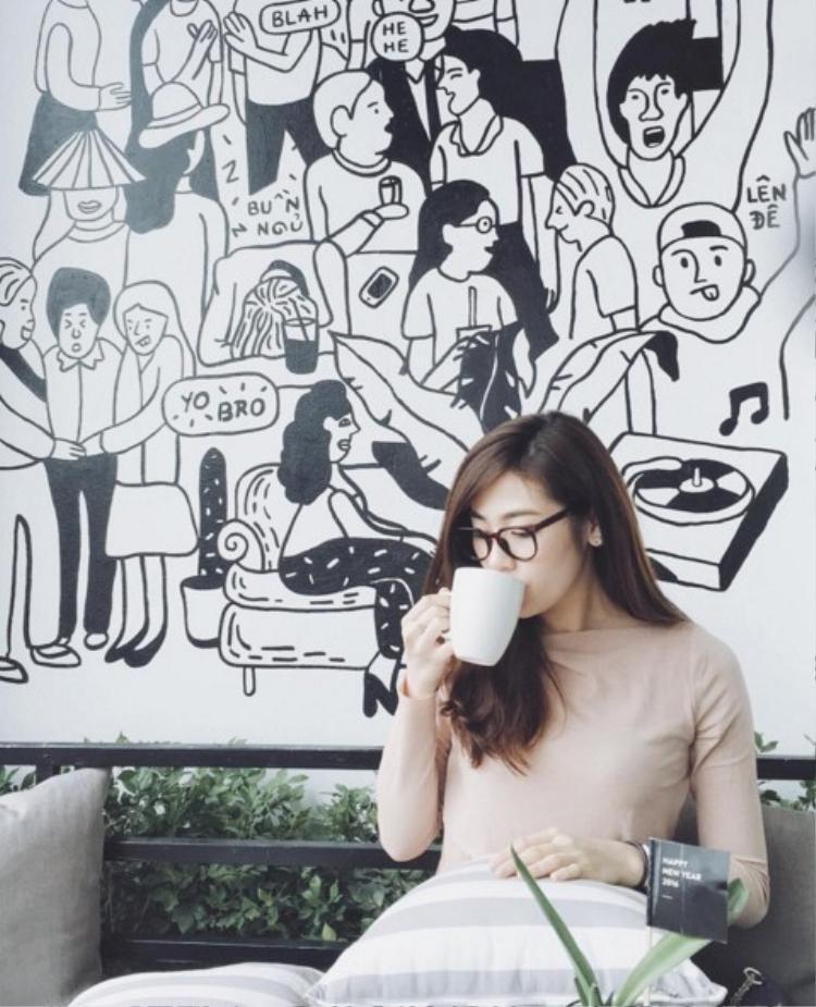 Á hậu Tú Anh  sao Việt chịu khó check in quán cafe nhất showbiz