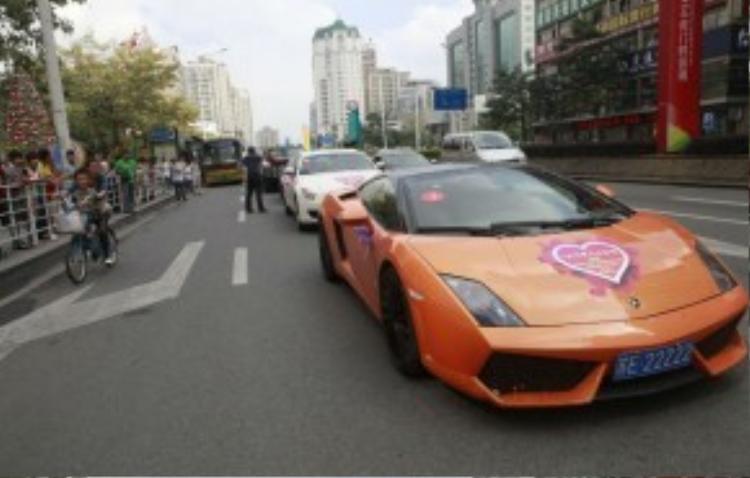 Show trình diễn siêu xe gồm nhiều chiếc Hummers, Lamborghinis và Porsches nối đuôi nhau.