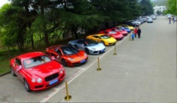 Người ta có thể nhìn thấy sự xuất hiện của nhữngchiếc Ferrari, Lamborghini vàBentley bên ngoài đám cưới xa xỉ mới nhất tại Trung Quốc.