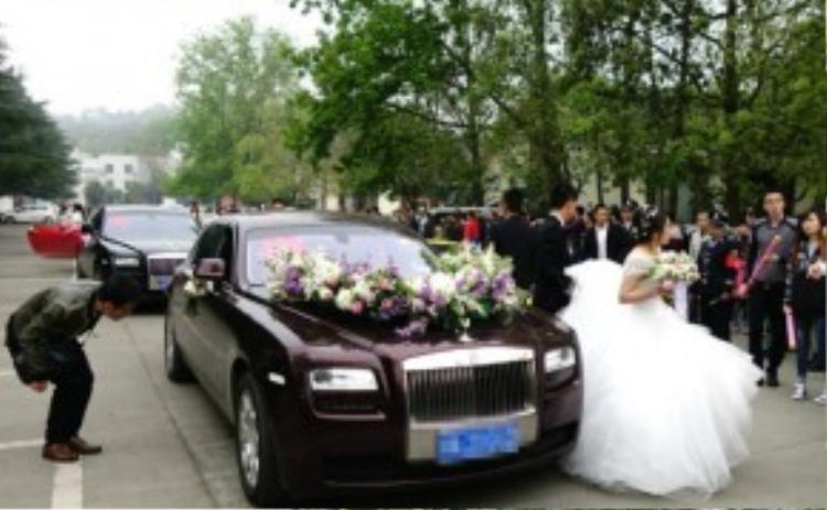 Đoàn xe rước dâu là những chiếc Rolls-Royce Phantom có giá hàng chục tỷ đồng.