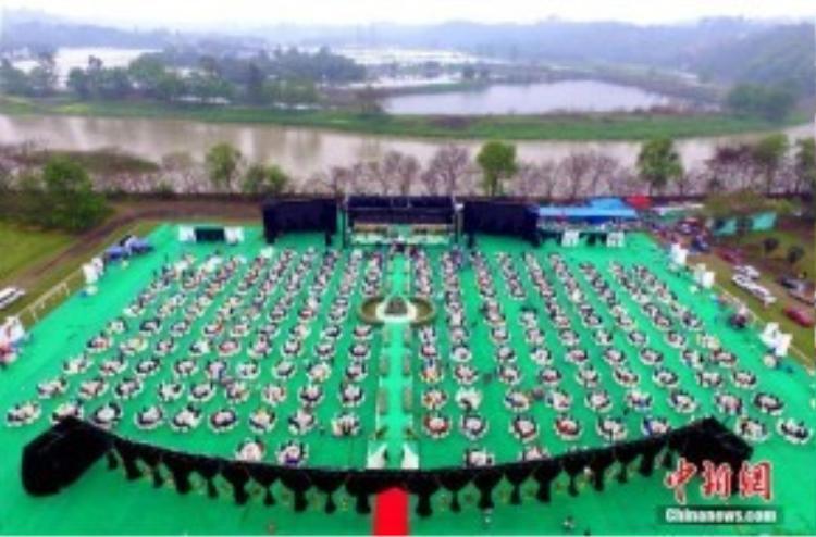 200 bàn tiệc được chuẩn bị để đón 2.000 khách mời tham dự. Nhiều cư dân mạng lại tỏ ra bức xúc hơn là thích thú với đám cưới xa xỉ này.