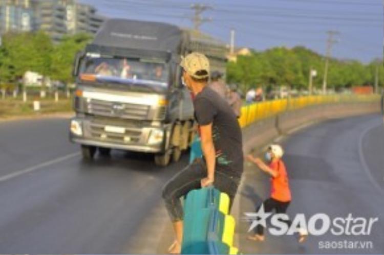 Tài xế xe tải Trần Văn Quang cho biết, mỗi lần chạy xe ngang khu công nghiệp Bàu Xéo này, cánh lái xe rất lo lắng vì tình trạng công nhân nhảy từ dải phân cách xuống đường bất ngờ. Người lái xe đến đây phải giảm tốc độ, tập trung quan sát để né công nhân.