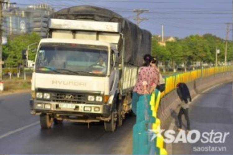 Ông Phan Văn Huy kể, có lần một nam công nhân không biết qua sát thế nào mà từ dải phân cách nhảy xuống đường đã bị một xe tải tông văng hơn 10 mét, tử vong tại chỗ. Sau lần đó thì nhiều người sợ không dám leo qua đường nữa.