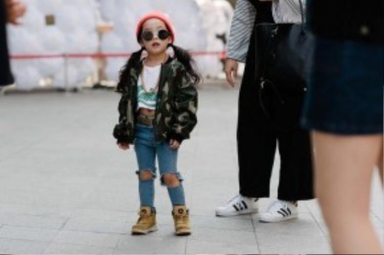 Bé gái vô cùng cá tính với áo khoác bomber họa tiết camo đang làm mưa làm gió và quần jean rách gối - item gây sốt trong thời gian vừa qua.