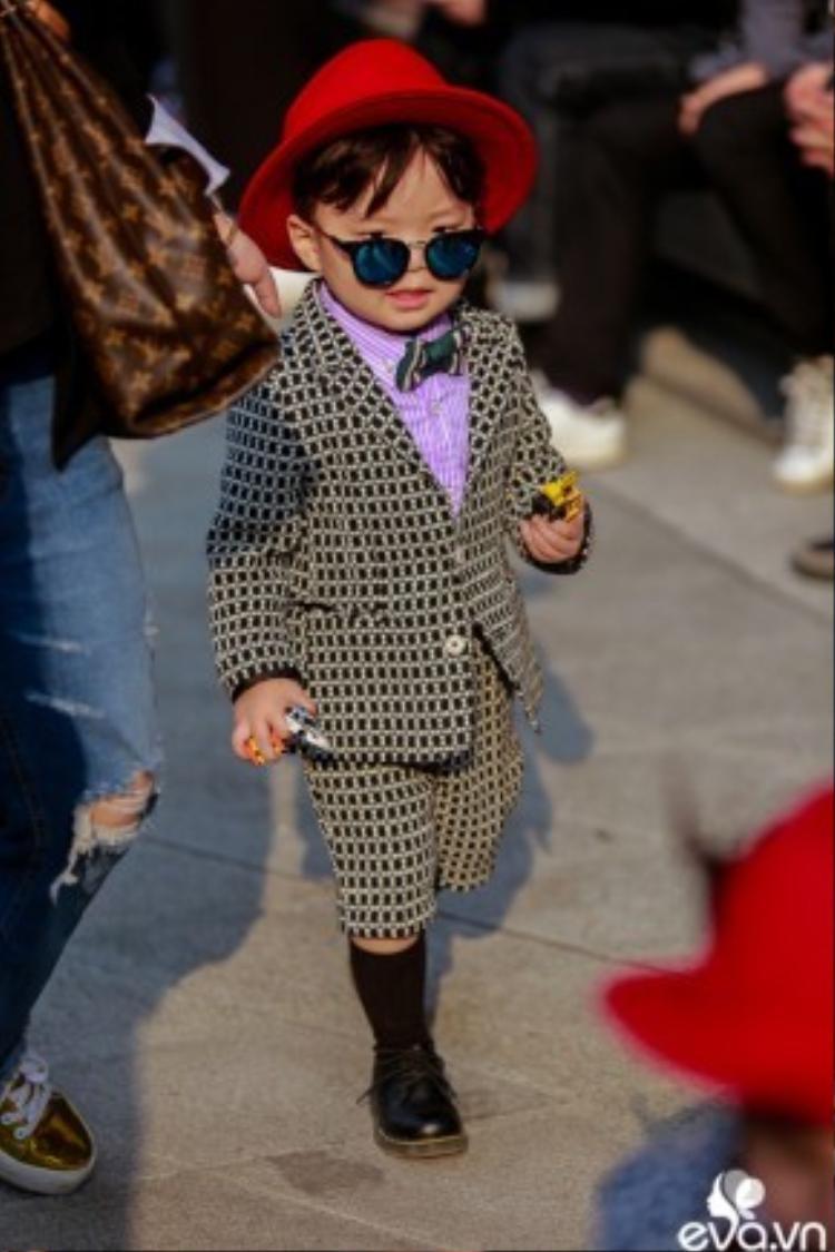 Thiên thần nhỏ với bộ đồ vest không thể cool hơn. Cũng có mũ fedora đỏ, mắt kính tráng gương, tất cao cổ và giày Dr.Marten không thua kém các fashionista lớn khác.