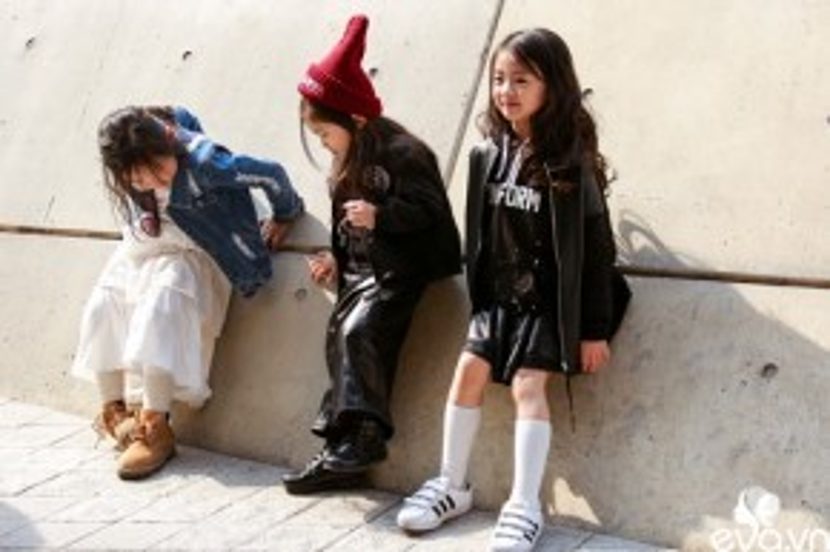 Ba cô bé với những set đồ bắt mắt vô cùng hợp thời trang.