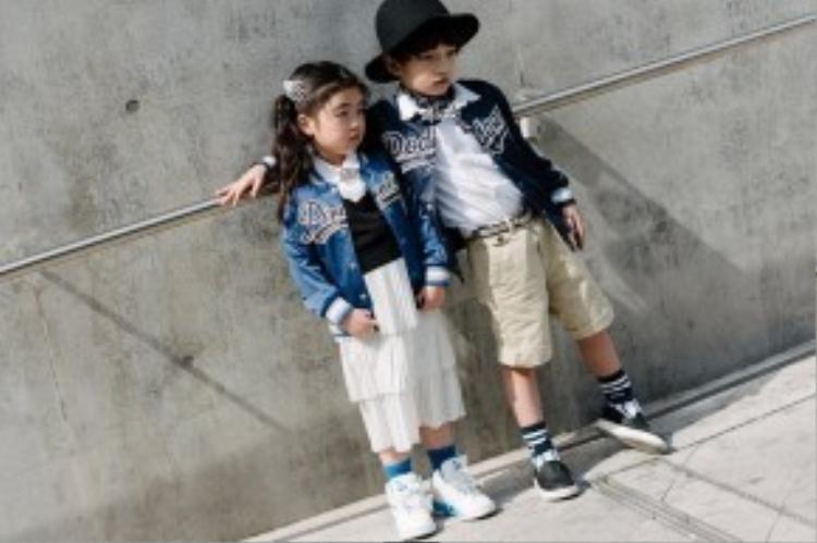 Bắt kịp xu hướng với áo bomber bóng chày cùng sneaker. Những fashionista nhí này khiến ai nhìn vào cũng phải trầm trồ.