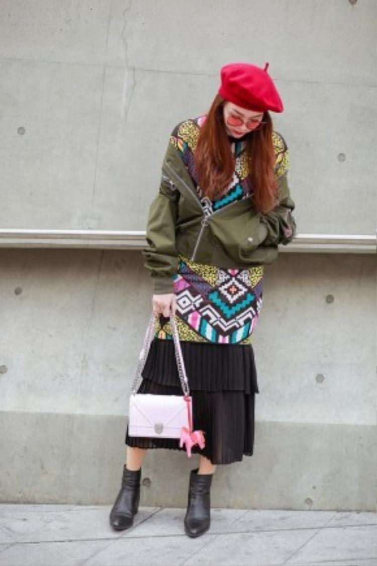 Minh Hằng diện trang phục của một thương hiệu Hàn Quốc kết hợp với mắt kính Gentle Monster, túi Dior Diorama kết hợp phụ kiện Horse Charm Hermes