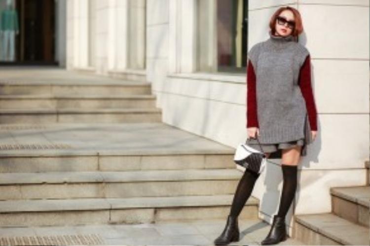 Túi Chanel mix cùng váy len và boot ngắn cổ, Minh Hằng đơn giản nhưng không hề đơn điệu. Sức hút của cô luôn khiến những tay săn ảnh đường phố Seoul không thể bỏ qua.