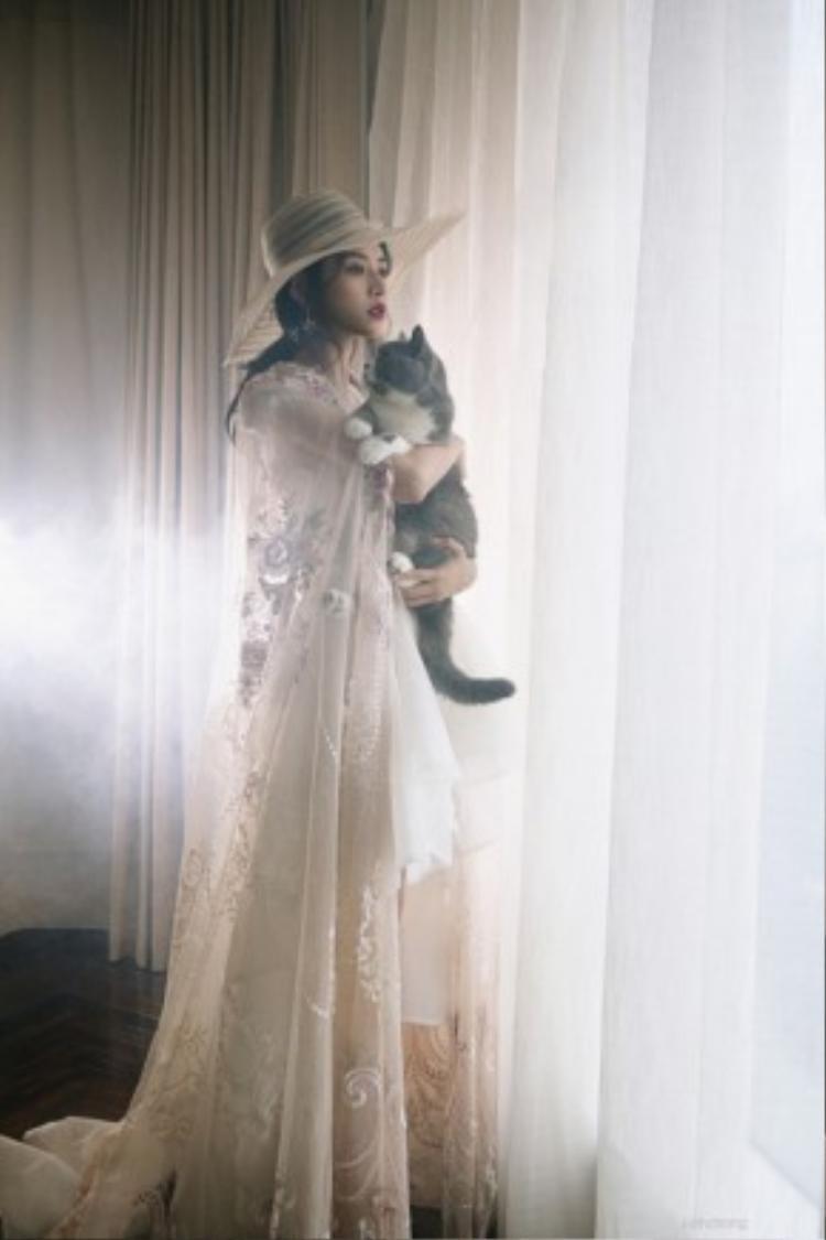"""""""Bạn diễn"""" của Chi Pu là hai chú mèo mà Chi Pu nuôi từ rất lâu và xem như con của mình: Puxam (lông xám - trắng) và Pumeo (lông xám xù)."""