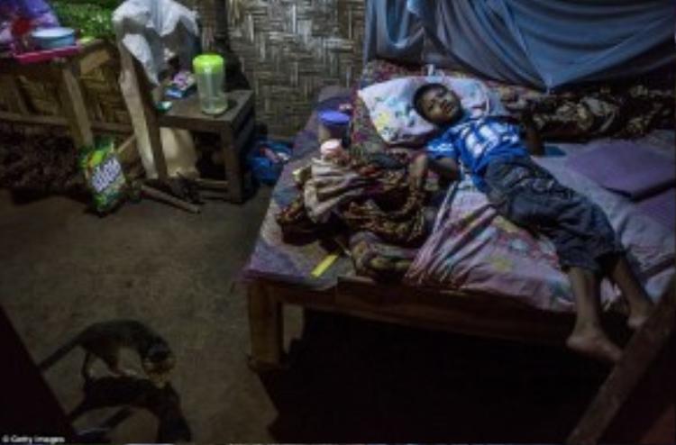 Faiz (10 tuổi) bị hội chứng Down sống cùng mẹ.