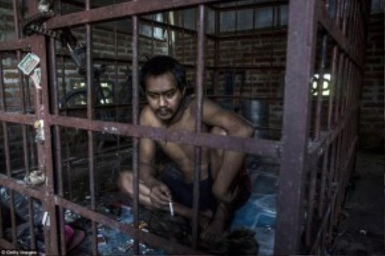 Suhananto (30 tuổi), một người đàn ông tâm thần, bị nhốt tronglồng sắt.